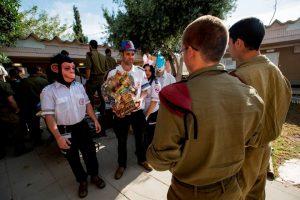 מתנדבי נוער מדא רמת גן מחלקים משלוחי המנות של ללוחמי יחידת דובדבן - צילום דוברות מדא