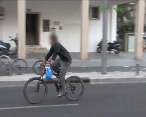 רוכב אופניים ללא קסדה.צילום אור ירוק