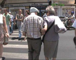 קשישים בכביש.צילום באדיבות אור ירוק
