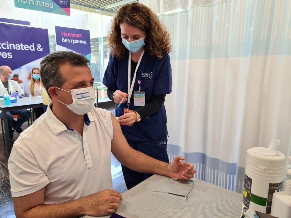 כרמל שאמה מקבל חיסון