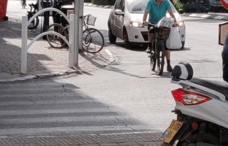 בדיקה: 63% מרוכבי האופניים ברמת גן לא חבשו קסדה, יותר מחצי חצו באדום או לא צייתו לתמרורים