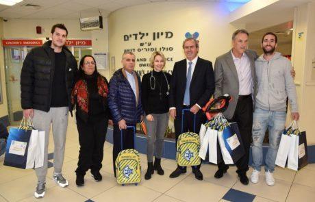 בכירי בורסת היהלומים ושחקני מכבי תל אביב חוגגים חנוכה במעשים טובים