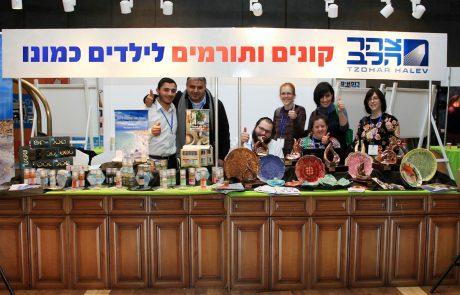 מרגש: ילדים עם צרכים מיוחדים מוכרים יצירות בקרמיקה