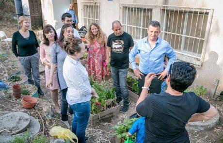 """משפחה לפני הכל: ראש העיר ביקר במרכז """"קשר"""", בהמשך אף שתל ירקות ב""""גינה המשותפת"""""""
