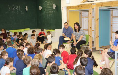 החלילן מהמלין: תלמידי כיתות א' נהנו משעת סיפור של ראש עיריית גבעתיים