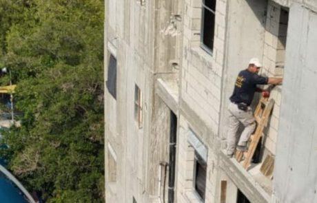צפו בתיעוד: פועל בקומה שישית, על סולם רעוע מחוץ לחלון – בלי ציוד מגן
