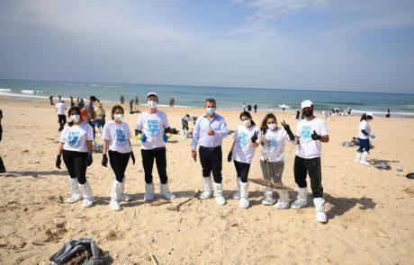 לוקחים אחריות: תושבי רמת גן יצאו להתנדב במבצע ניקיון החופים ממפגע הזפת