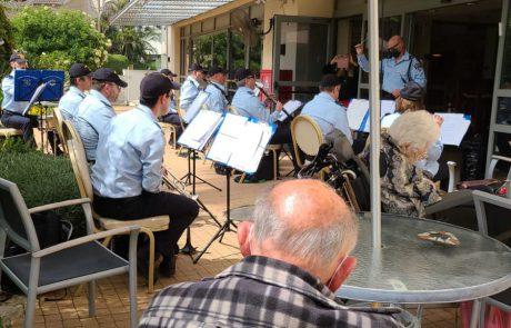 יום המעשים הטובים: תזמורת המשטרה הופיעה מול דיירי בית האבות