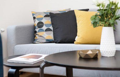 כיצד לשלב כריות נוי בעיצוב הבית?